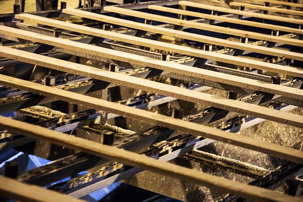 Puutavaralajittelussa laudat kuvataan kuljettimella.