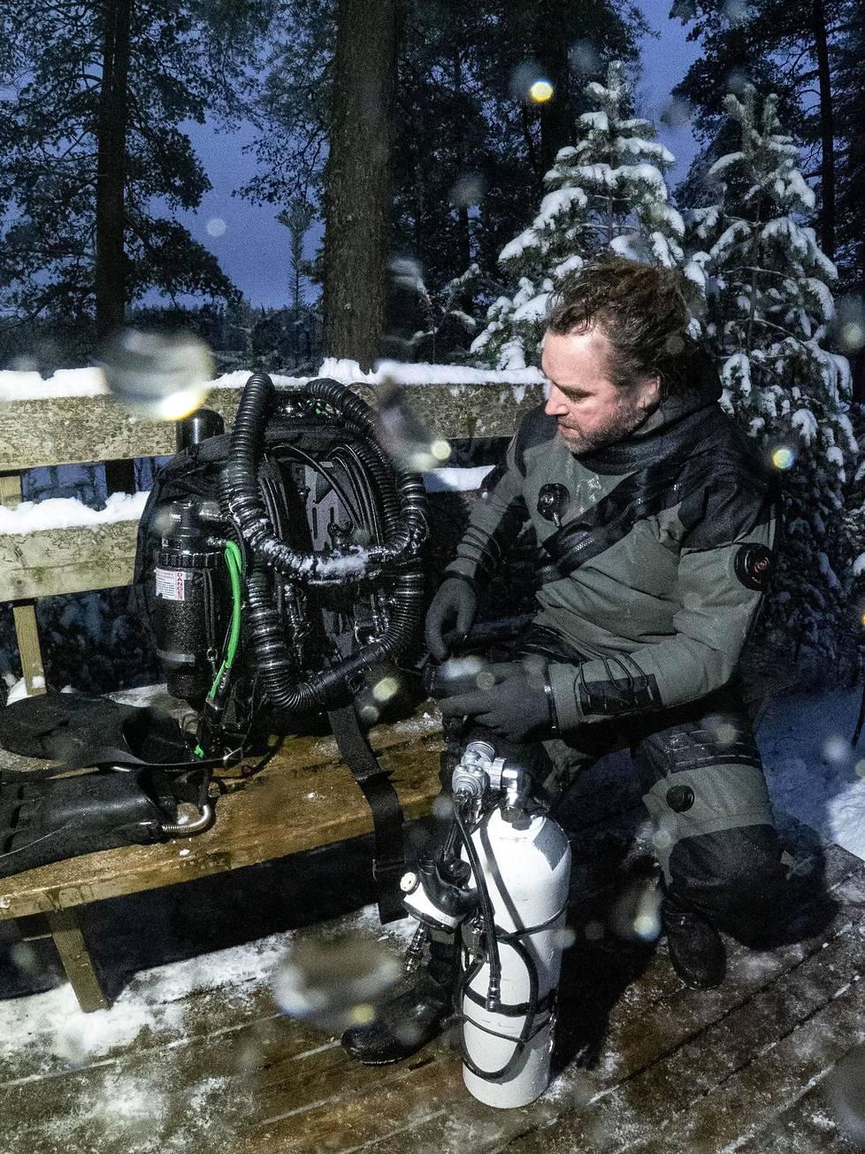 Paasi testaamassa kahden suljetun kierron sukelluslaitteen yhdistelmää Lopella sijaitsevalla Iso-Melkuttimen järvellä.