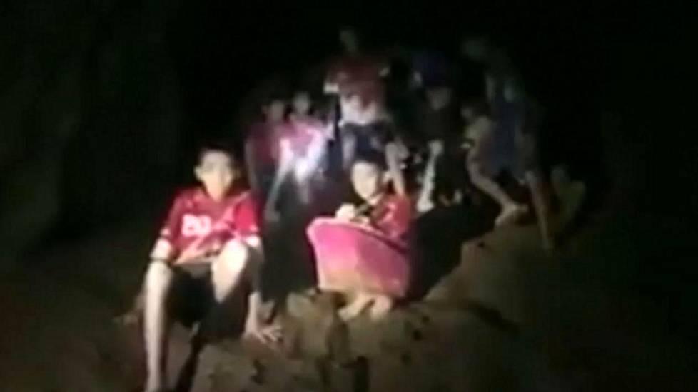 Kuvakaappaus videolta, jonka Thaimaan laivaston sukeltajat julkaisivat poikien löydyttyä luolasta.
