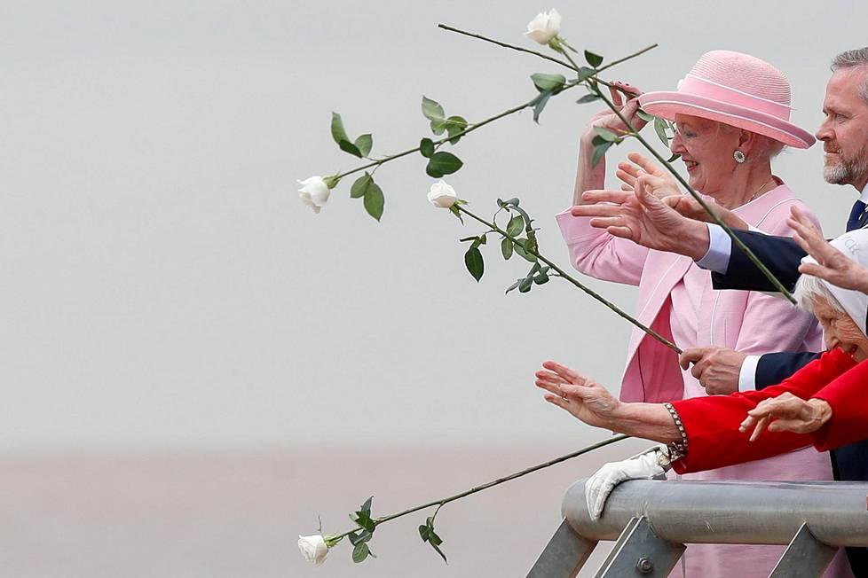 Ruusun viesti.  Tanskan kuningatar Margareeta osallistui Argentiinan sotilasdiktatuurin uhrien muistotilaisuuteen valtiovierailullaan.