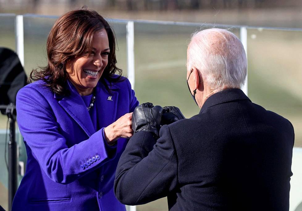 Kamala Harris teki nyrkkitervehdyksen Bidenin kanssa vannottuaan varapresidentinvalansa.