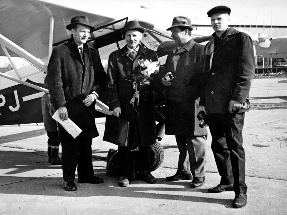 Viljo Koistinen (kukkapuska kädessä) lensi Suomen ensimmäisen yksityishenkilön omistaman Piper-pienkoneensa Ruotsista Malmin lentokentälle.