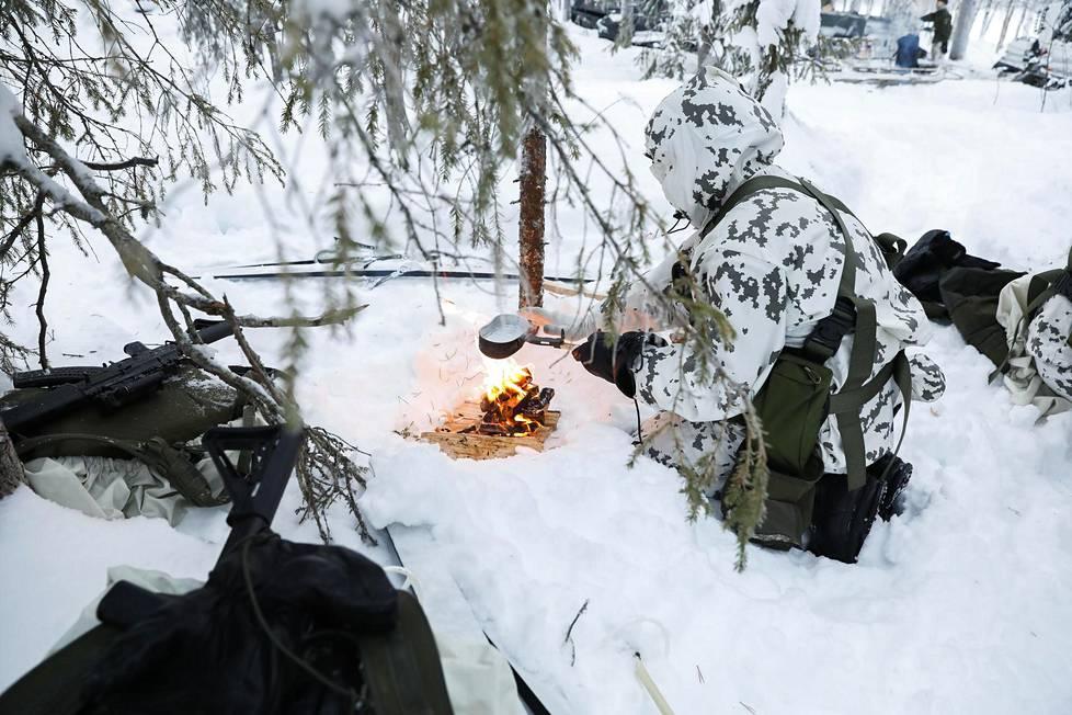 Sotilaat harjoittelevat tulen tekoa tuluksilla. Nuotiolla nautitaan retkimuonia, joihin lisätään vain vesi. Vaihtoehtoina löytyy kansainvälisiä makuja.