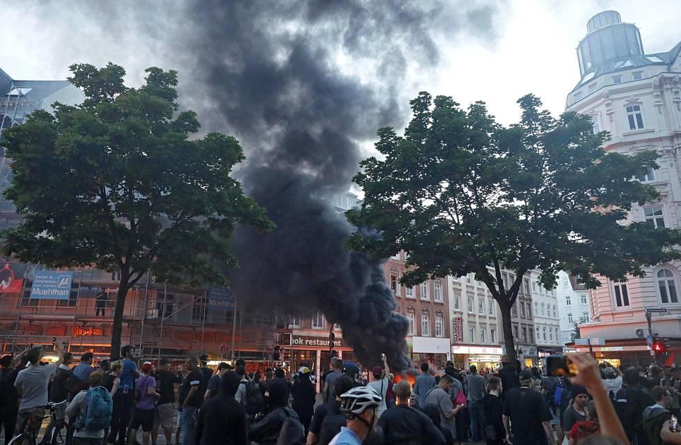 Musta savu nousi Hampurin kattojen ylle mielenosoitusten aikana.
