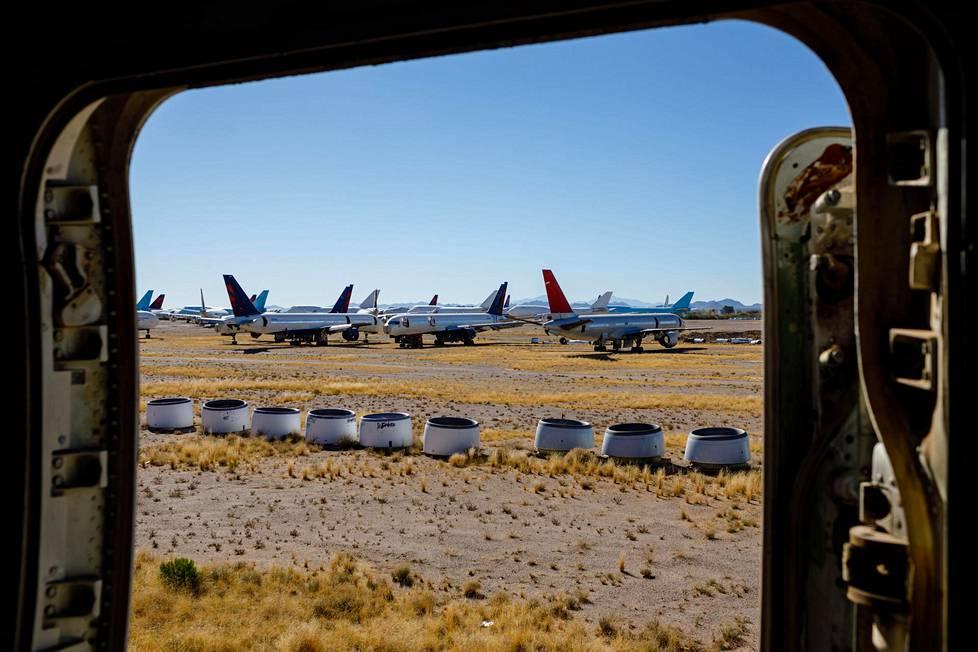 Hylättyjä ja purettavia koneita on kentällä yli kahdeksankymmentä.