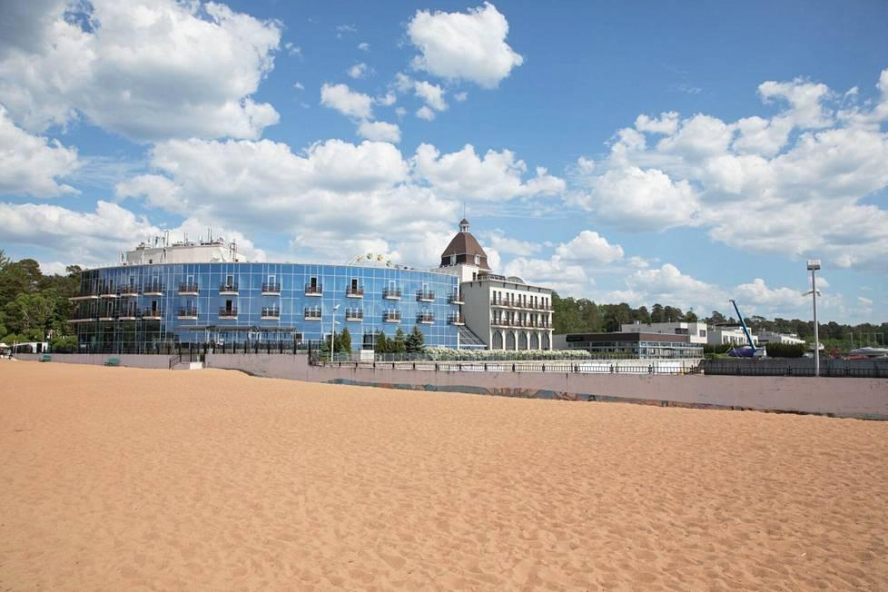 Hotelli Terijoen rannalla.