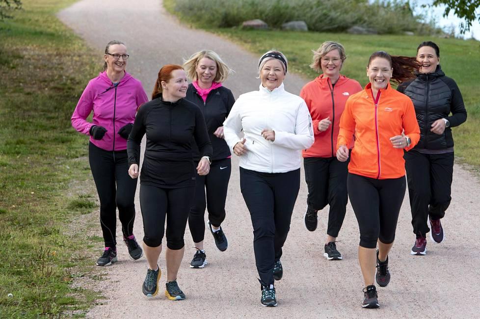 Katja Haapaniemi (keskellä) perusti Sohvaperunoiden juoksukoulu-ryhmän. Alkuperäisenä tavoitteena oli juosta toukokuussa viisi kilometriä.