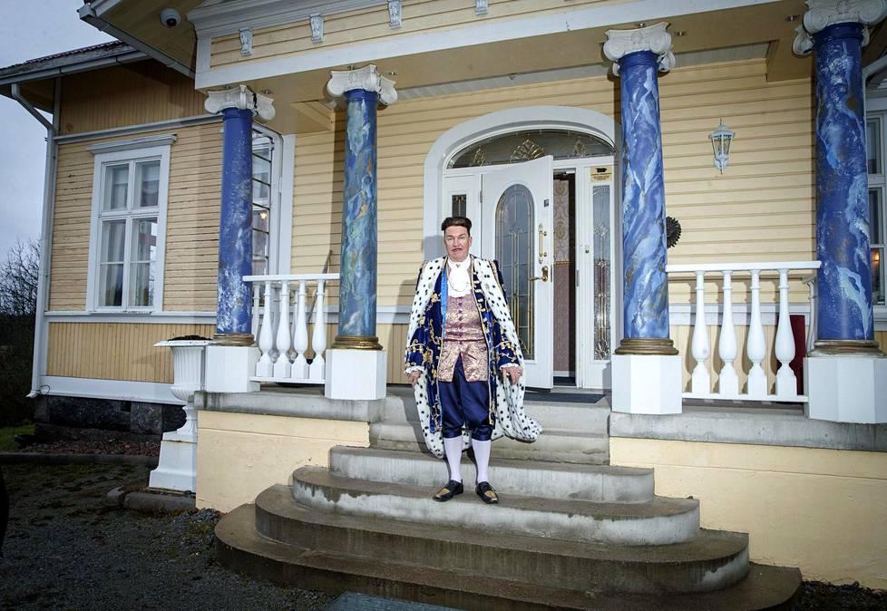 Kuninkaallista loistoa ihaileva ja sen mukaisesti pukeutuva Markku Ellala on tuttu Koko Suomi leipoo -ohjelmasta.