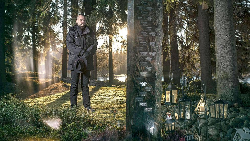 Harri Seppälä Hietaniemen hautausmaan Kuusilehdossa. Einon tuhka on siroteltu tänne.