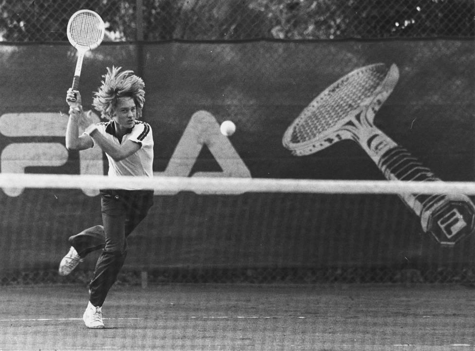 Olli Rahnasto esittelee salaista asettaan: iskulyönti ja lujaa verkolle. Kuva on vuodelta 1981.