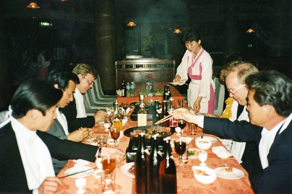 Pohjois-Korean kansa kärsi nälkää, samaan aikaan suomalaisvieraat nauttivat pöytien runsaista antimista.