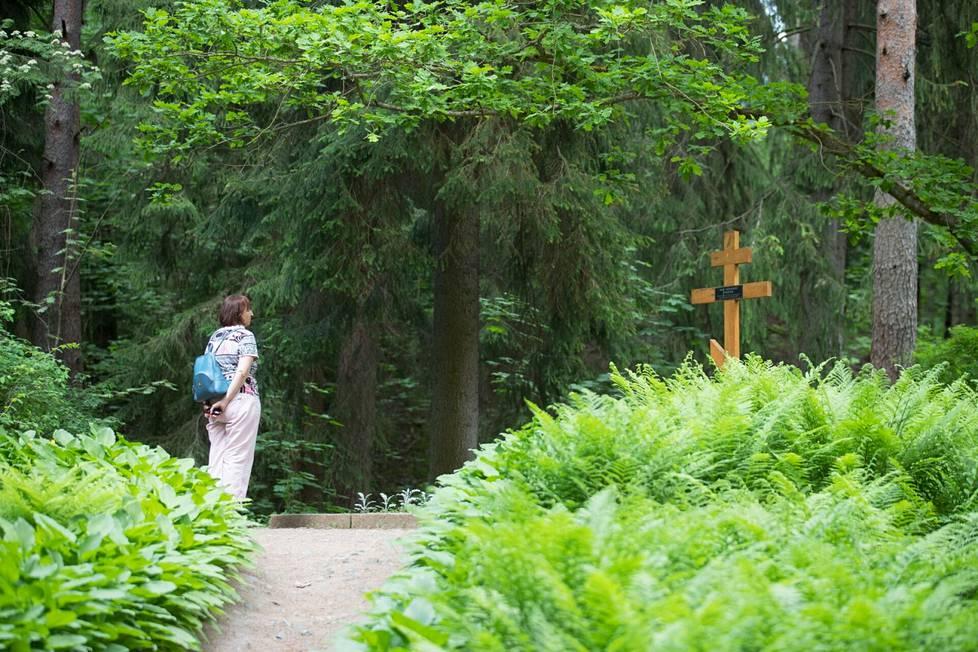 Taiteilija Ilja Repin on haudattu ateljeensa taakse metsään Golgata-kukkulalle.