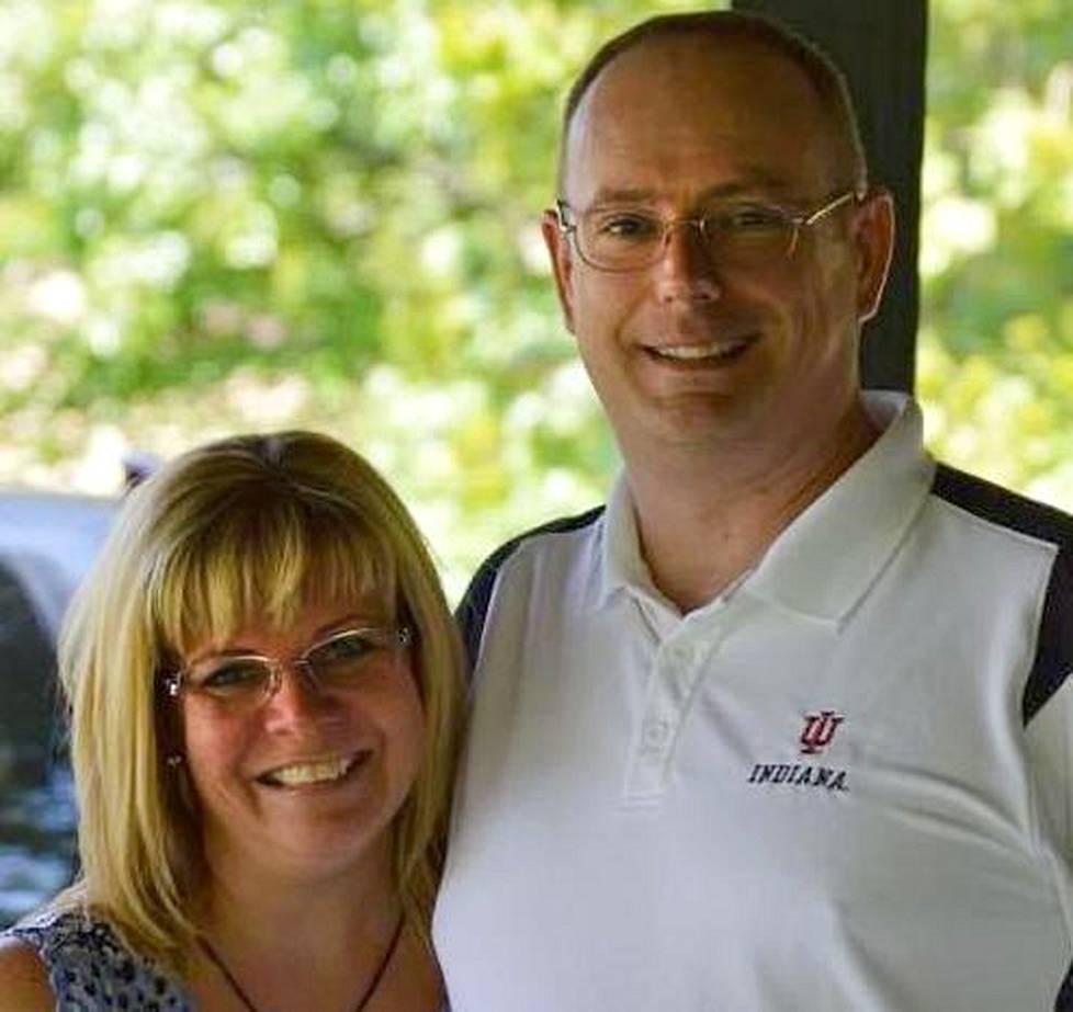 Mari Hendricks Jeff-aviomiehensä kanssa.