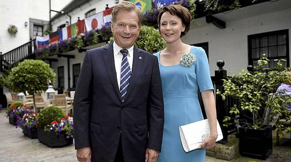 Rouva Jenni Haukio tapaa kuningattaren sinivalkoisissa - mitä mieltä olet asusta? - Viihde ...