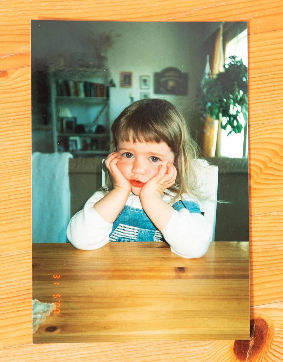 Äidin pieni tyttö. Kuvien katselu satuttaa, kun äidin ikävä on kova.