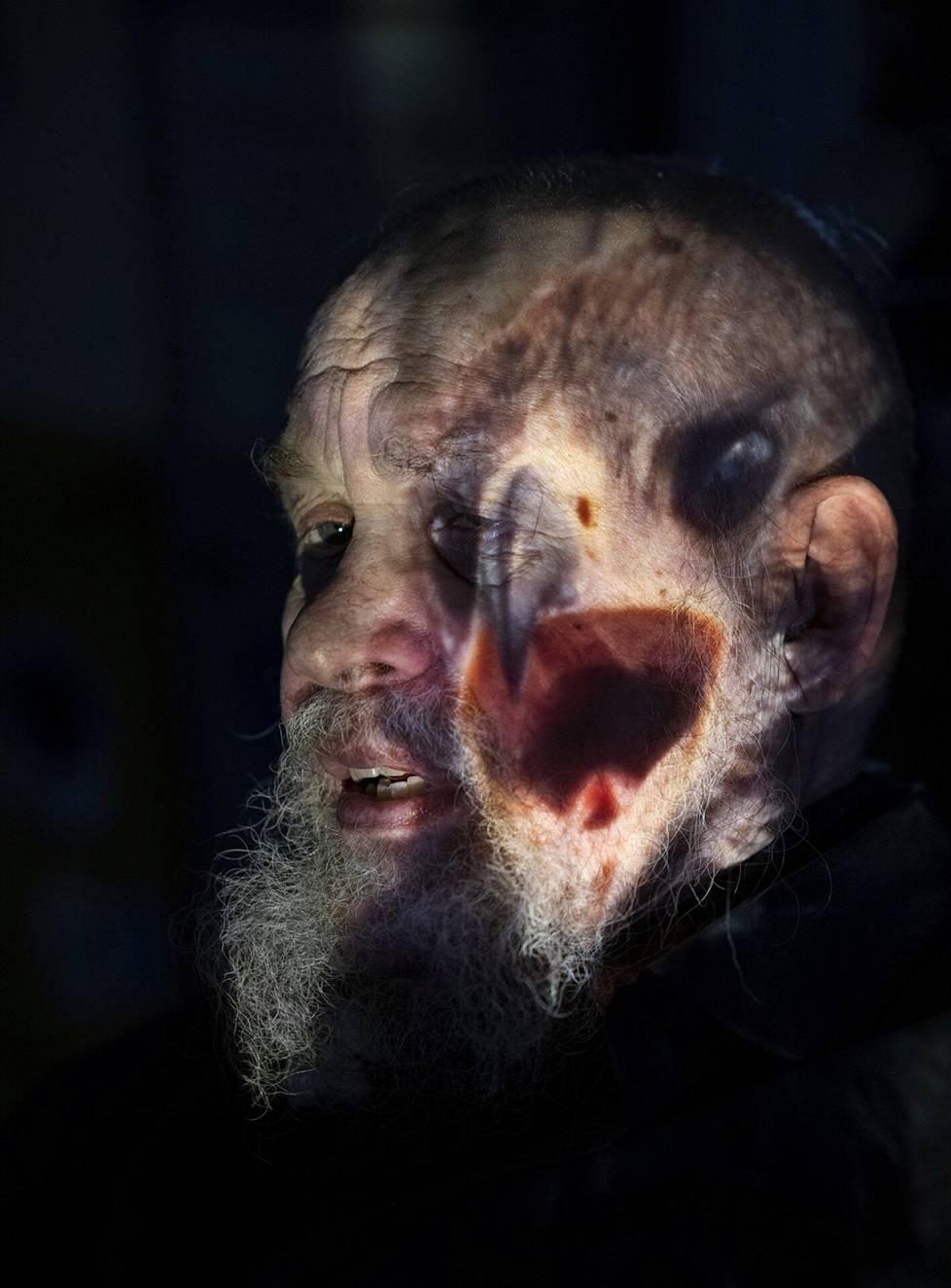 Valokuvaaja Juha Metso kuvasi kollegaansa Hannu Hautalaa heijastamalla tämän vanhoja diakuvia hänen iholleen.