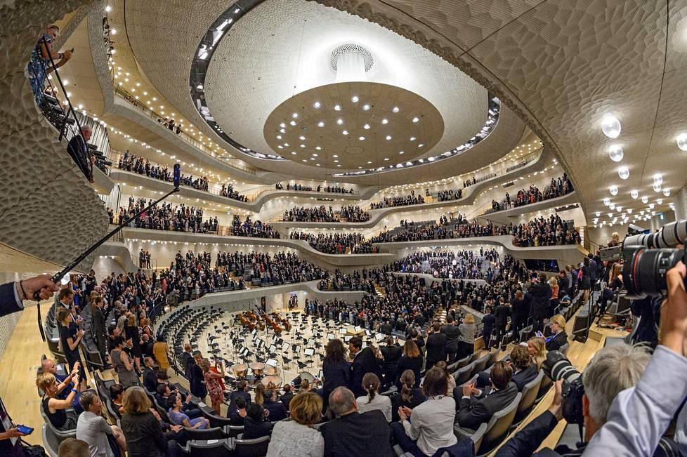 Kokouksen iltajuhlaa vietettiin Elbphilarmonie-konserttisalissa.