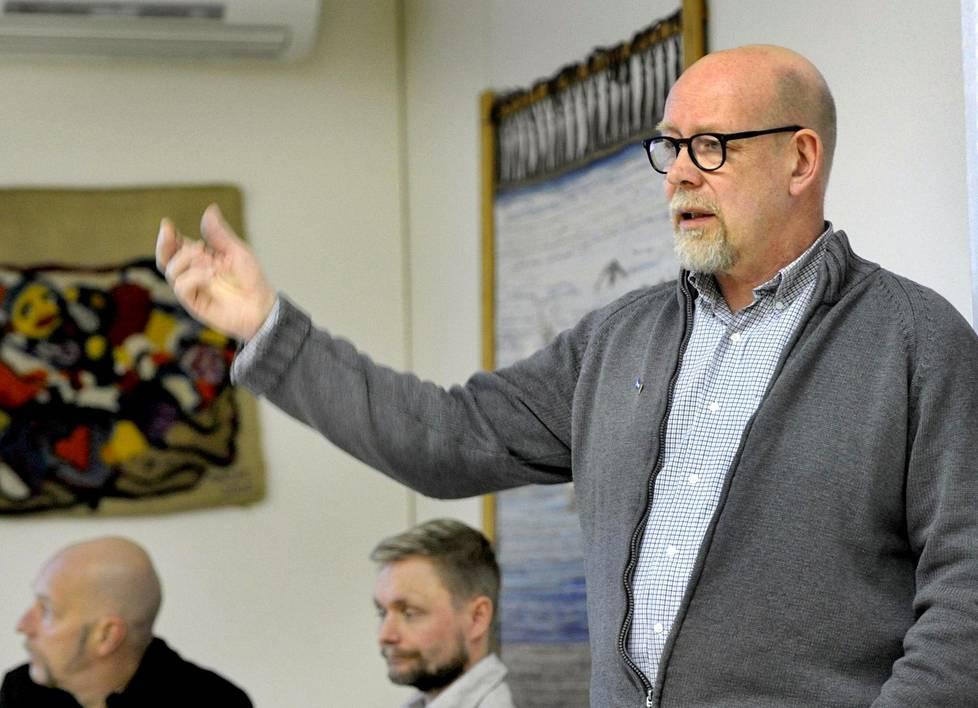 """Kouvolan seudun perussuomalaisten puheenjohtaja Ukko Bamberg (oik.) on tyytyväinen, että """"persut huolitaan nykyisin kylätalollekin puhumaan""""."""