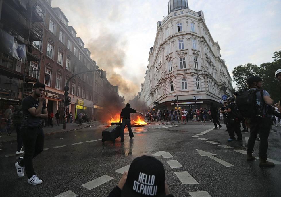 Mielenosoituksissa pidätettiin yli 70 ihmistä.