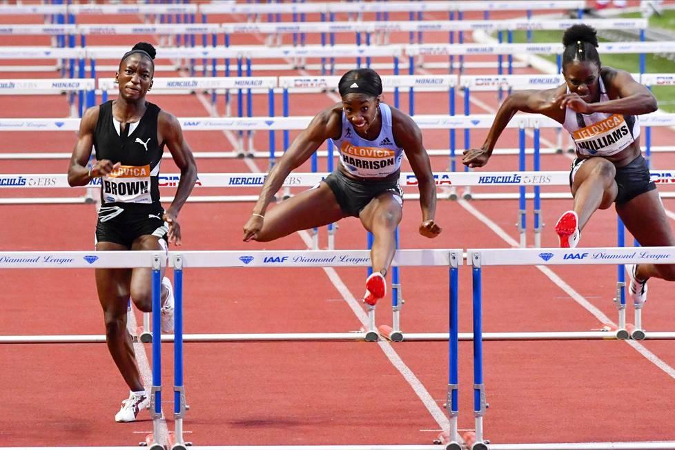 Jamaikalainen Janeek Brown on tällä hetkellä maailmantilaston kärkinainen ajalla 12,40. Hänen vieressään juokseva Yhdysvaltain Kendra Harrison on tykittänyt ajan 12,43 ja on listalla toisena. Oikealla juoksevan jamaikalaisen Danielle Williamsin kauden paras on 12,52. Taso maailman terävimmällä huipulla on kova.