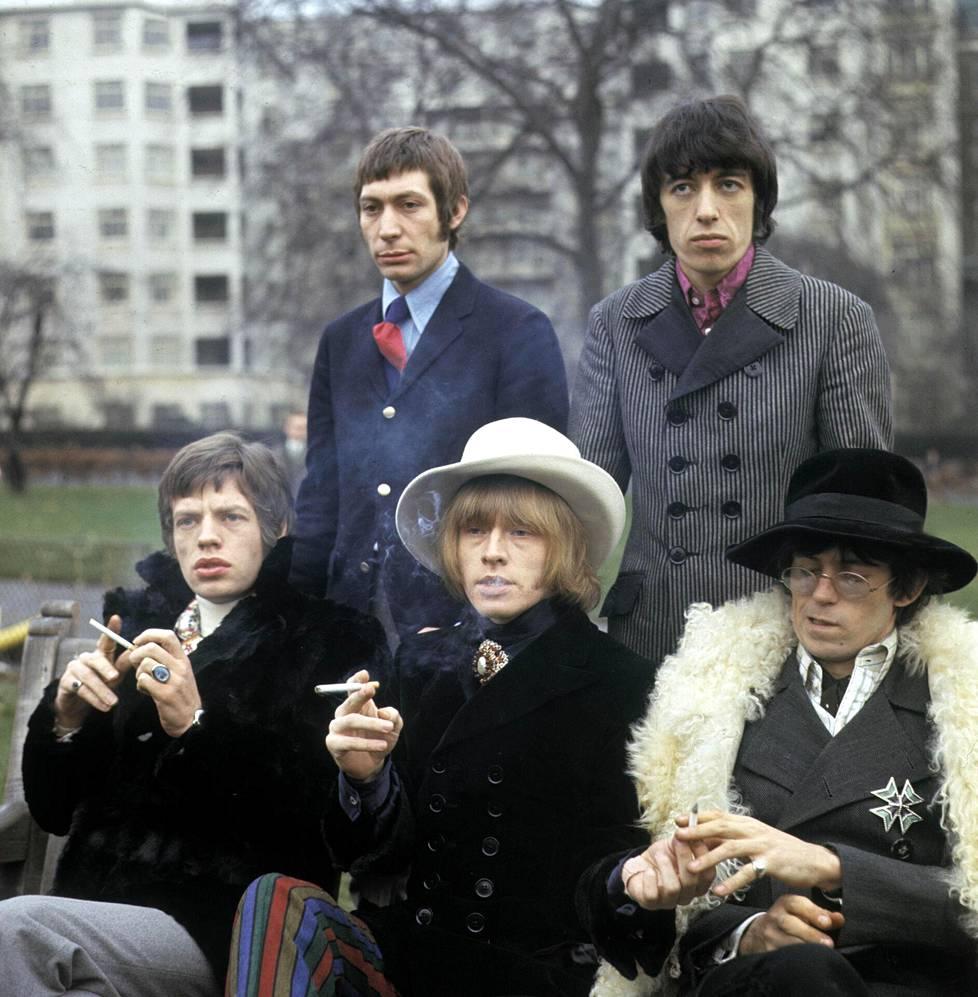 Rolling Stones vuonna 1967. Brian Jones (eturivissä keskellä) hukkui kaksi vuotta myöhemmin uima-altaaseensa.