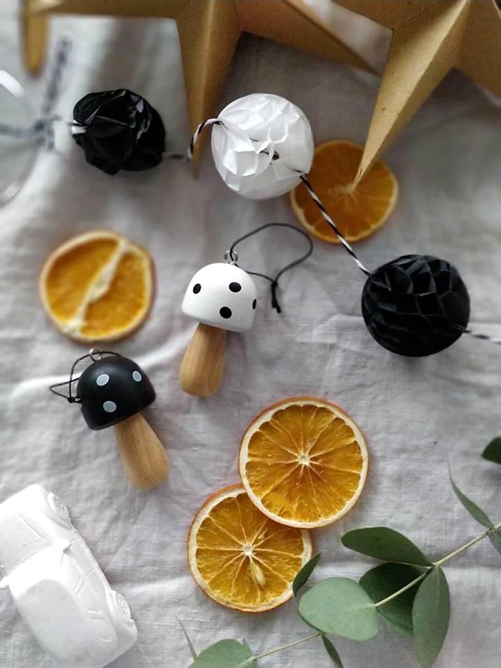 Marika Mäki-Haapoja kuluttaa joulukoristeisiin vuosittain noin 50-100 euroa. Suurimman osan koristeista hän löytää kirpputoreilta.