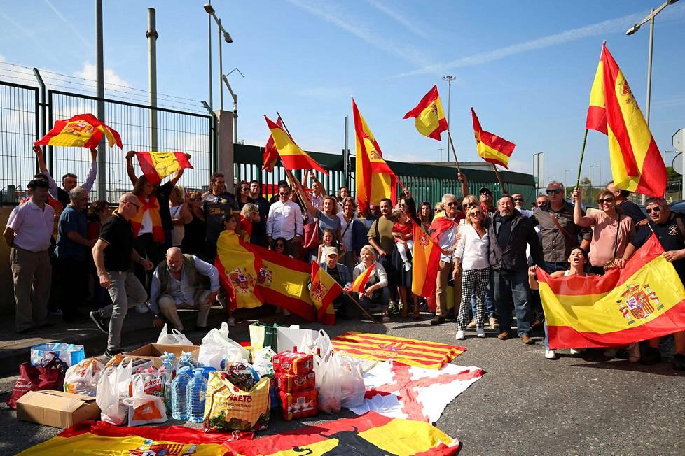 Ihmiset heiluttivat Espanjan lippuja Barcelonan satamassa tuodessaan ruokakasseja poliisille.