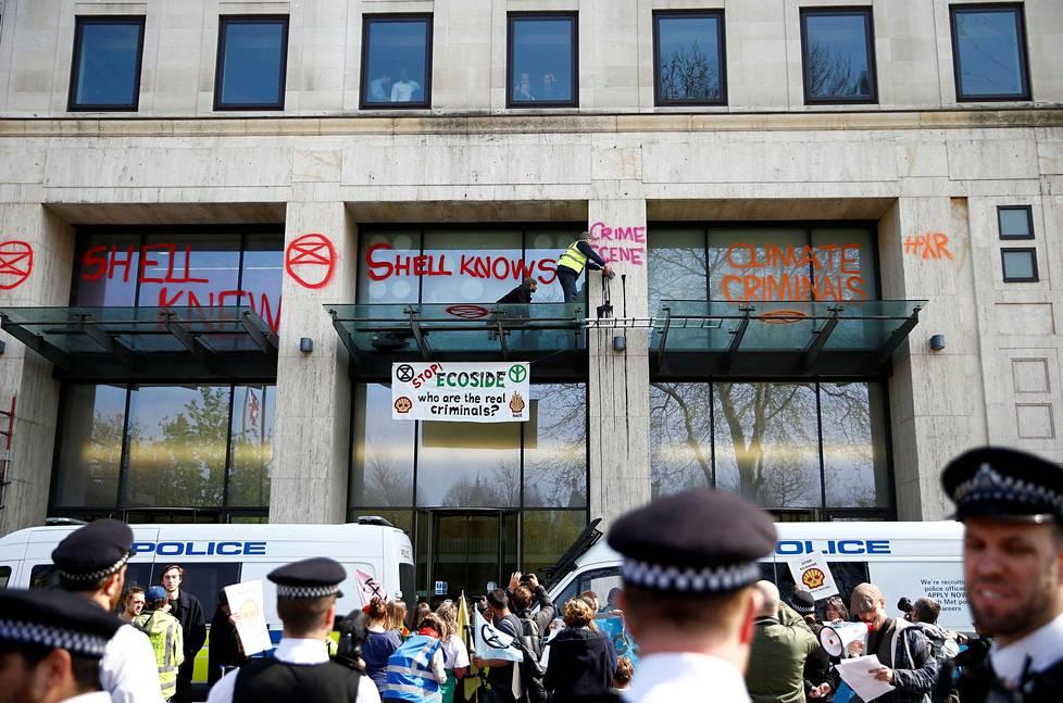 Thames-joen varrella sijaitsevaa Shellin rakennusta vandalisoitiin maalauksilla mielenosoituksen aikana.