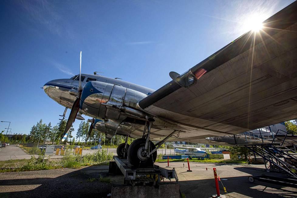 DC-3 oli konetyyppi, joka kävi Mauri Maunulalle kaikkein tutuimmaksi. Molemmat ovat yhä hyvässä iskussa.