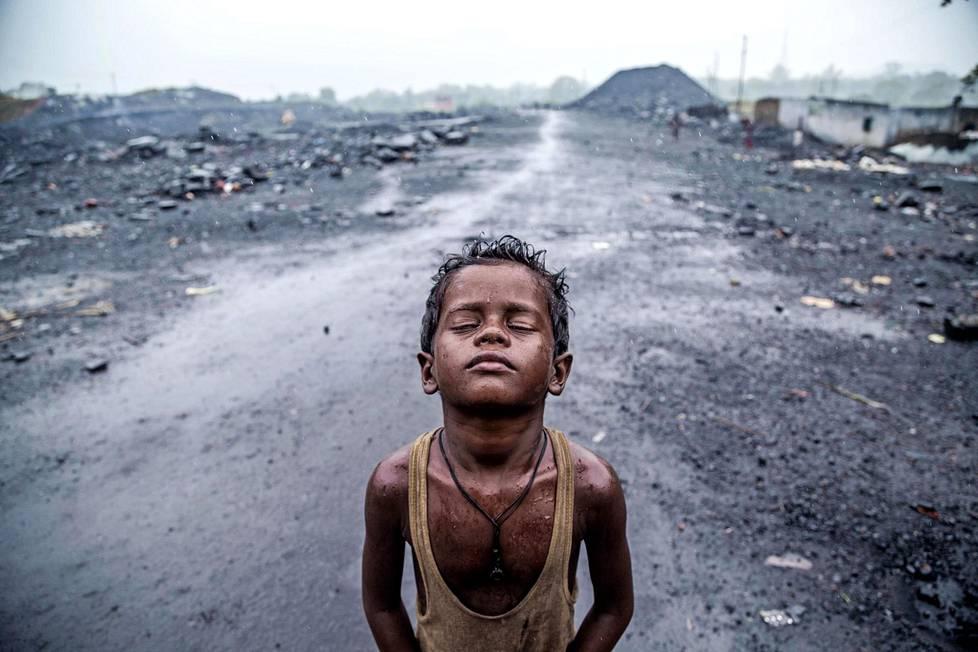 Pieni hiilikaivostyöläinen Koillis-Intian Jharian kaivoksilla.