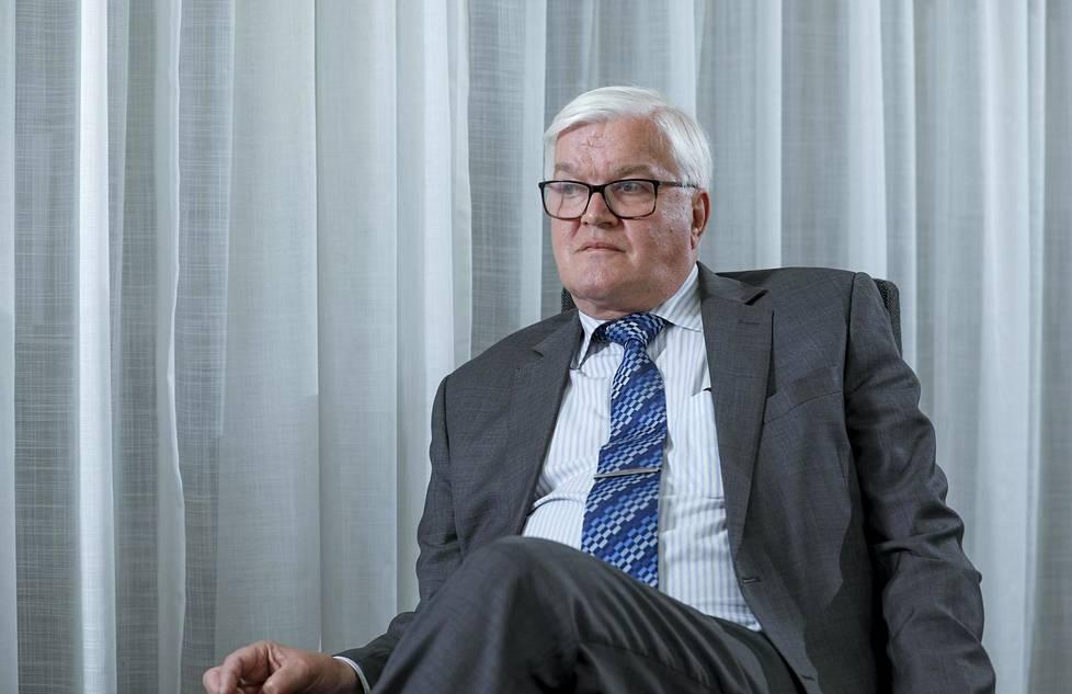 """THL:n entisen pääjohtajan Juhani Eskolan mukaan säästöt """"kirpaisivat"""" THL:ää raskaasti."""