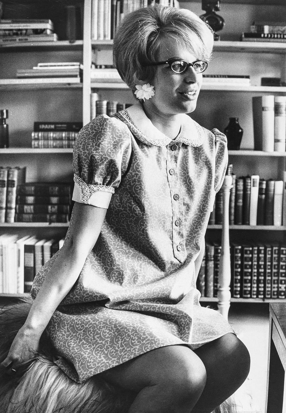Kirjailija Kaari Utrio ja Vekaranjärven sotilaskodin kirjastonhoitaja Kaari Utrio 1969.