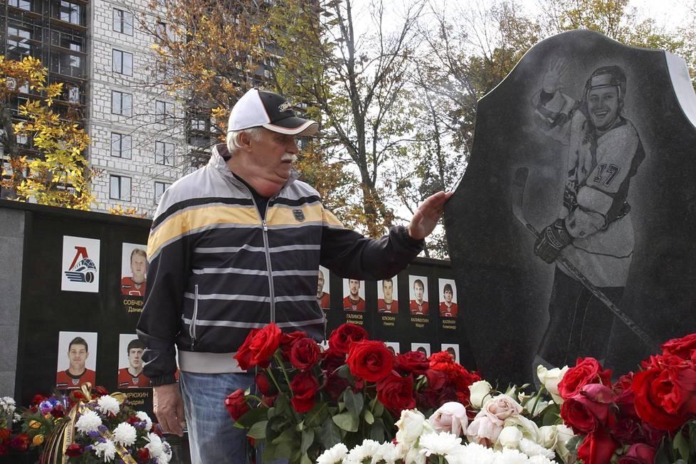 Lentoturmassa menehtyneen Ivan Tkatshenkon isä Leonid Tkatshenko kertoo perheen valinneen muistomerkkiin pojastaan iloisen kuvan, sillä hän oli kaikkien rakastama.