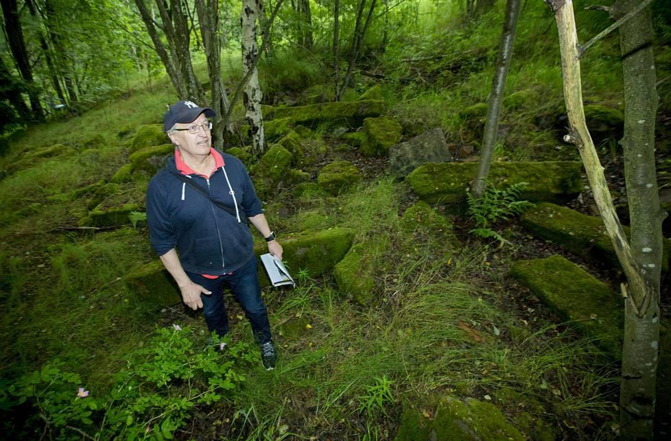 Antti Matilainen on tehnyt arkeologisia tutkimusmatkoja kotisaarensa Lauttasaaren menneisyyteen.