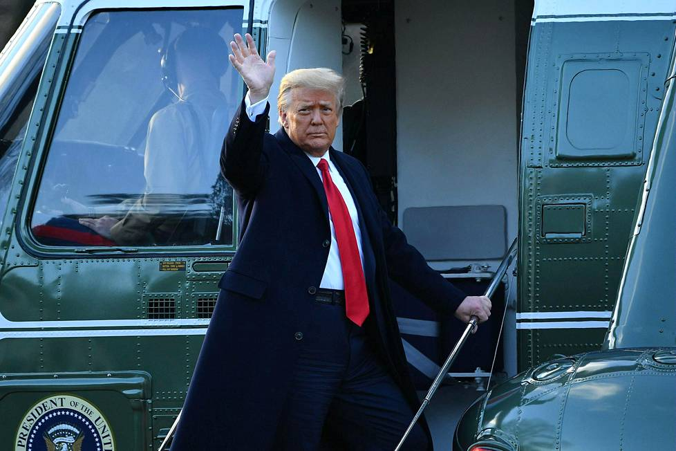 Trump nousemassa viimeisen kerran presidenttinä Marine Onen kyytiin.
