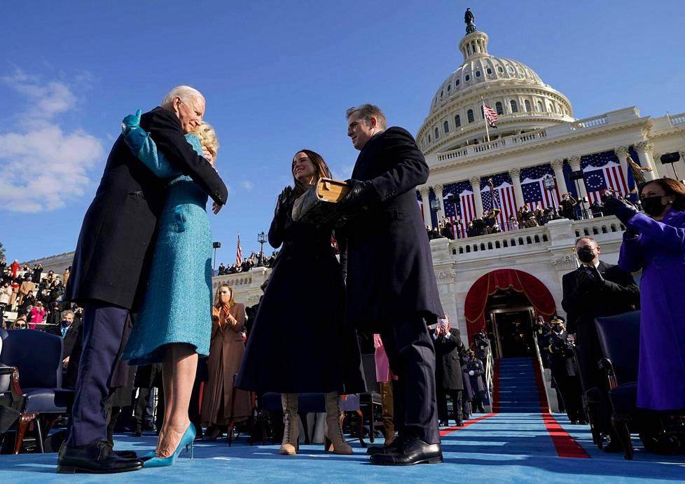 Joe Biden halaa Jill-vaimoaan virkavalansa jälkeen. Heidän kanssaan ovat Bidenien lapset Ashley ja Hunter.