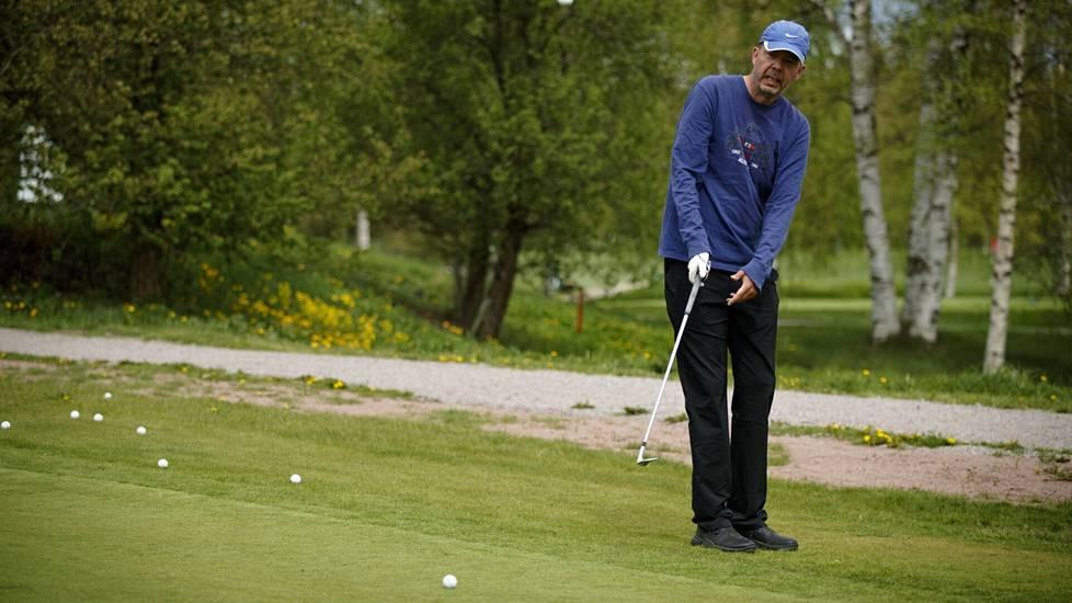 Chippejä hiova Seppo Randelin kertoo, ettei golf ole enää eliittilaji.