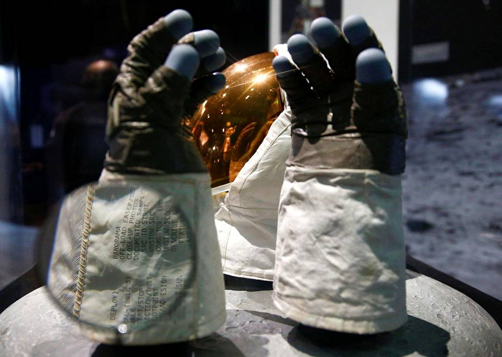 Buzz Aldrinin kypärän visiiri ja hanskat.