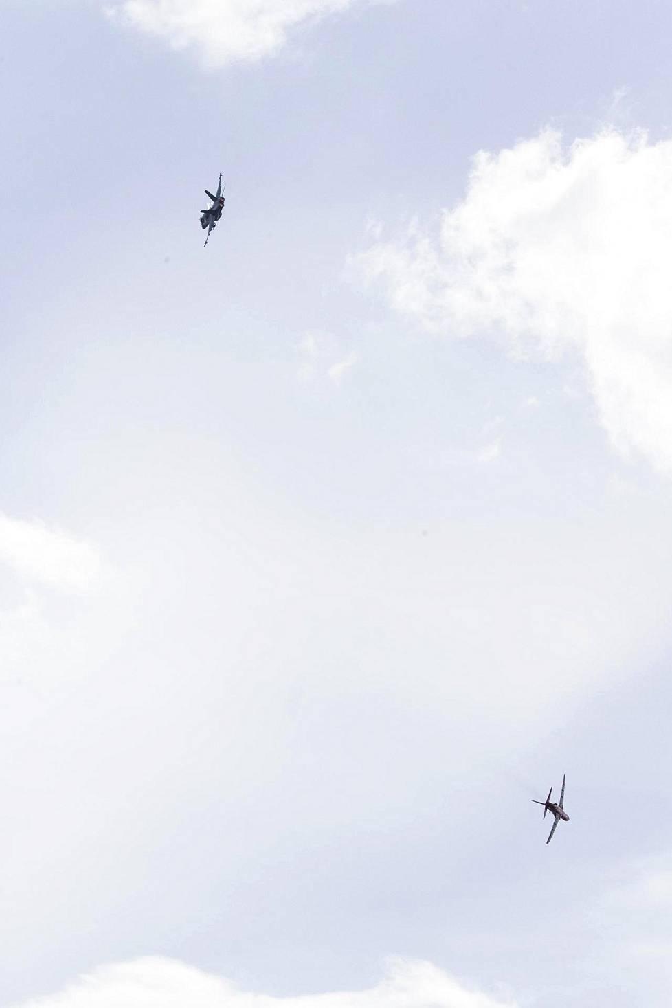 Hornet ja Hawk nähtiin vertailussa taivaalla.