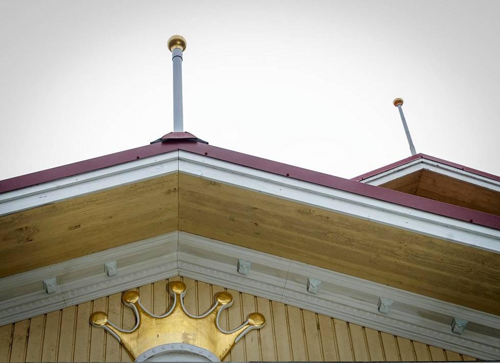 Kullatut lipputangot ja kruunu katonrajassa kertovat, että tässä talossa on sisällä jotain erikoista.