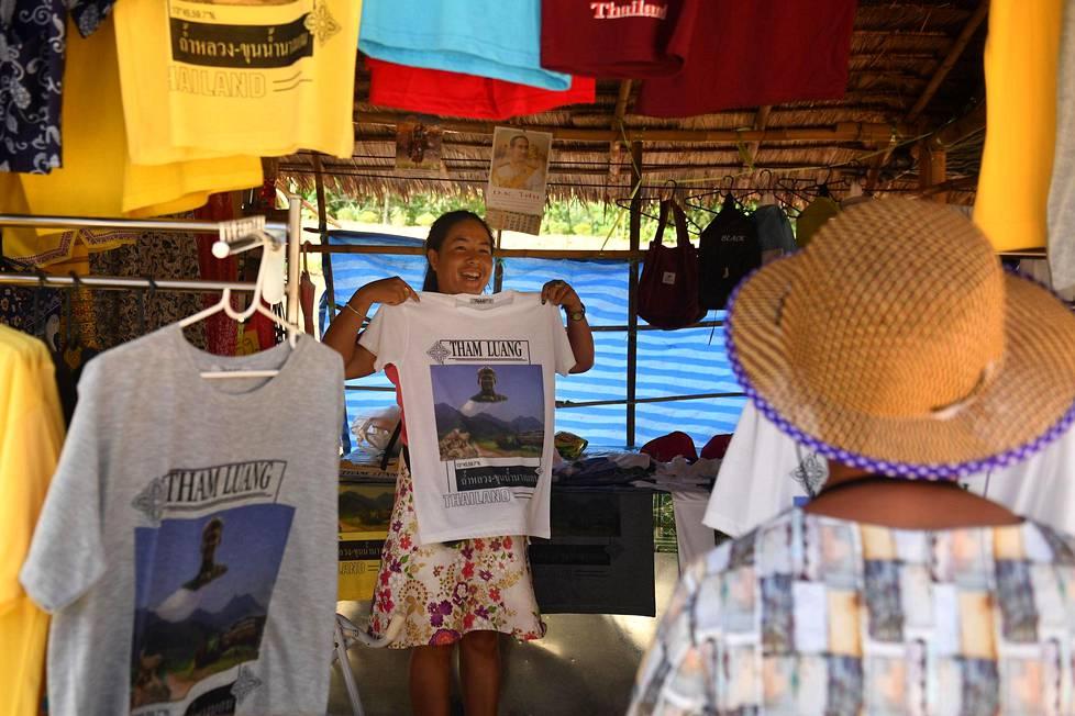 T-paitojen ja muiden matkamuistojen kauppa käy luolan edustalla.