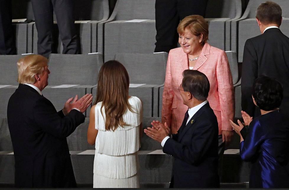 Merkel ja Trump rupattelivat hyväntuulisina ennen konsertin alkua.