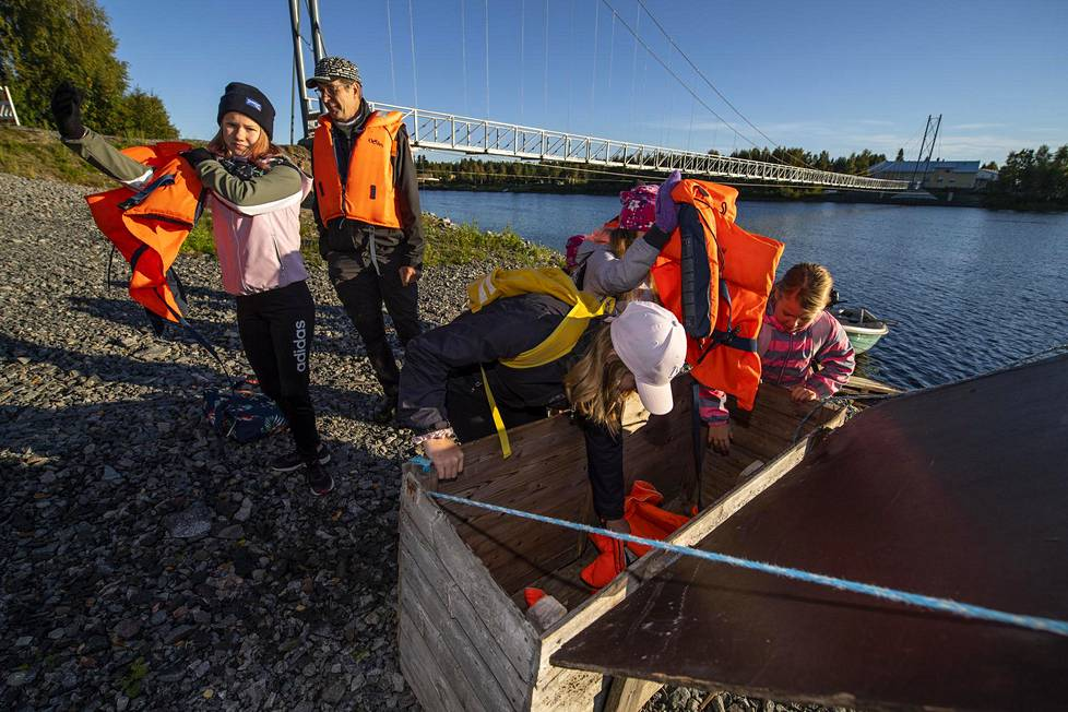 Rannalla on laatikko, josta kaivetaan pelastusliivit päälle ennen veneen vesille laskemista.