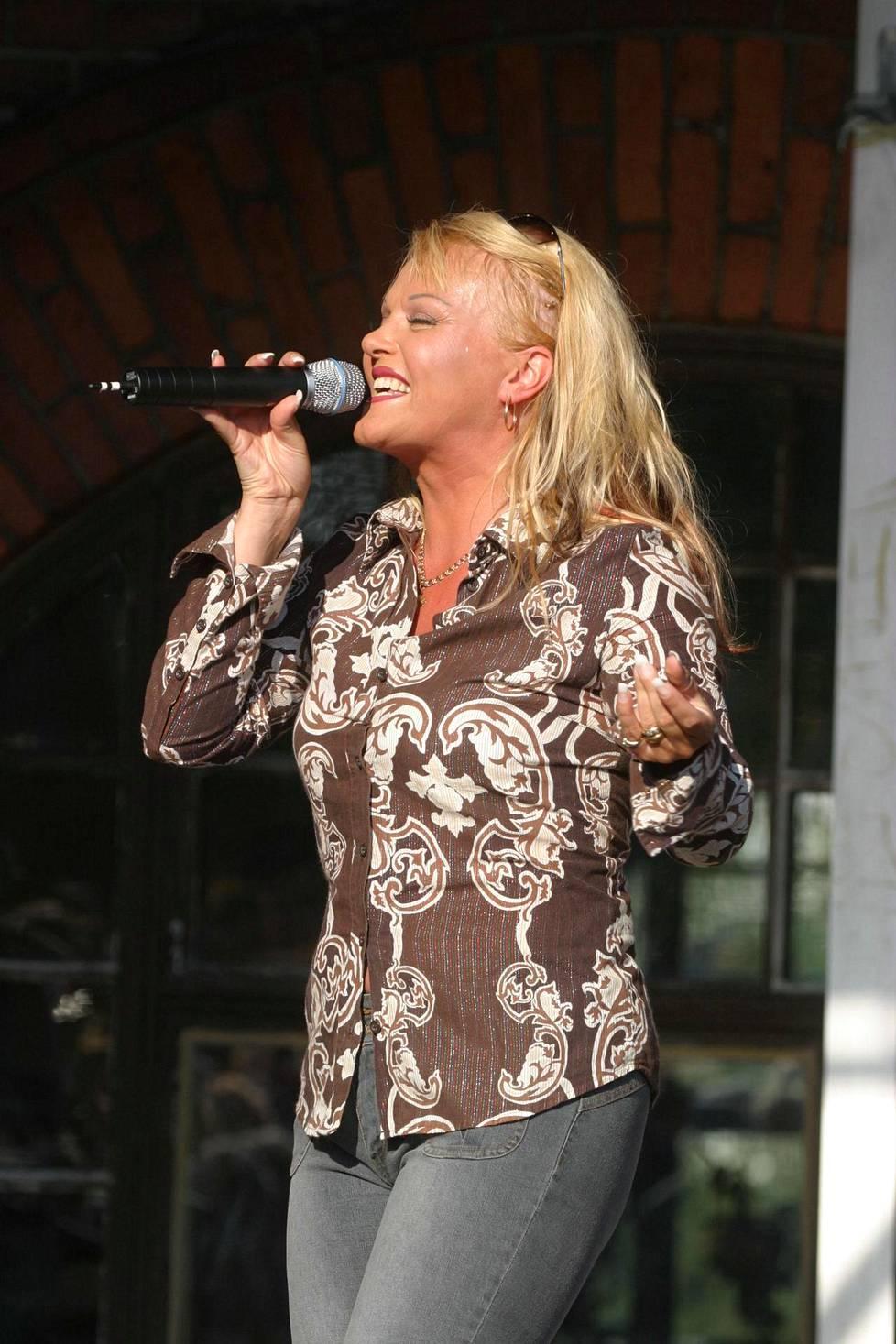 Kikka esiintymässä kaksi vuotta ennen kuolemaansa vuonna 2003.