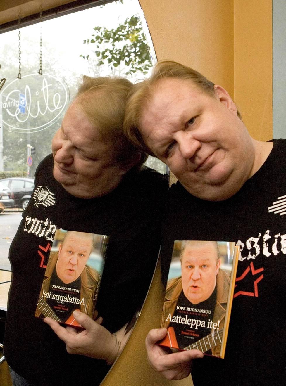 Ruonansuu poseeraa Aatteleppa ite -elämäkertansa julkaisutilaisuudessa ravintola Elitessä Helsingissä vuonna 2006. Elämänkerran toimitti Tommi Virtanen. Elämänkerran lisäksi Ruonansuusta julkaistiin neljä muutakin kirjaa. Niissä Ruonansuu kertoo tarinoita uransa varrelta.