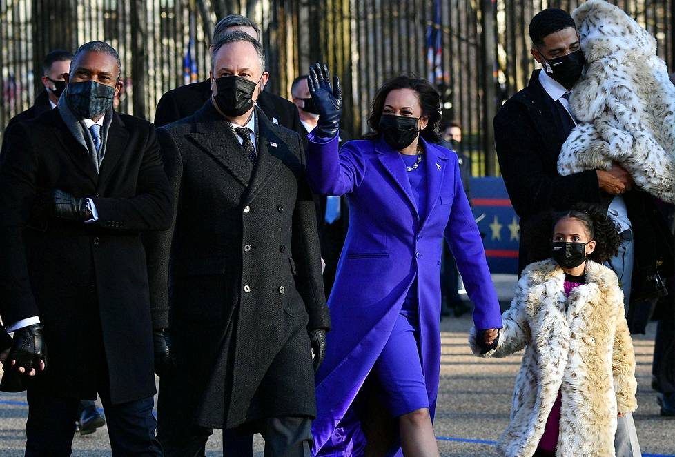 Varapresidentti Kamala Harris puolisoineen kävelivät Pennsylvania Avenueta pitkin Valkoiseen taloon.