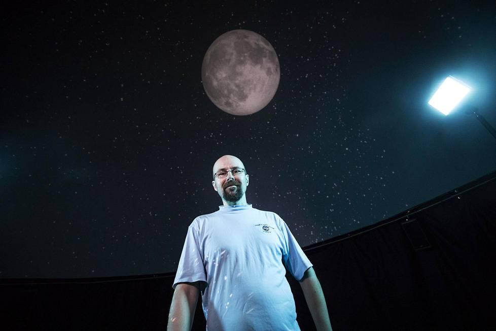 Planetologi Jarmo Korteniemi kertoo, että Kuun tunteminen auttaa ymmärtämään Maan menneisyyttä ja tulevaisuutta.