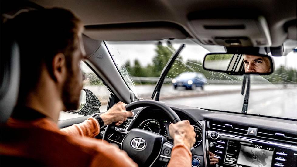 Hyväkuntoisilla renkailla jarrutusmatka on märällä kelillä lyhyempi.