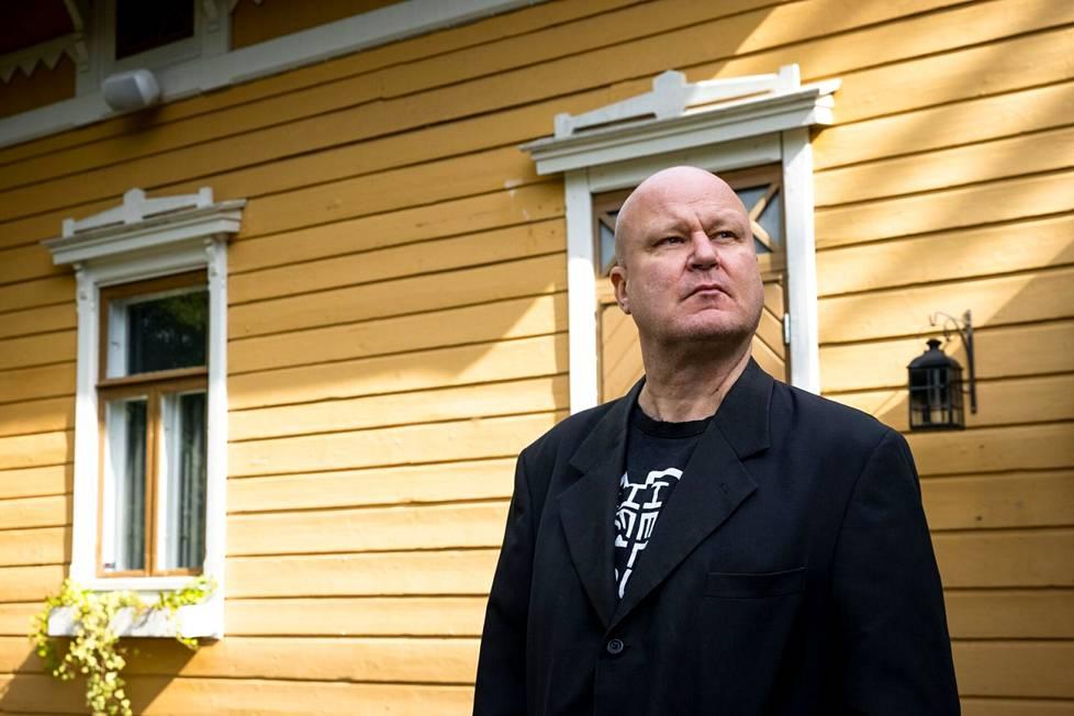 Ari Peltonen muistetaan yhden miehen yhtyeestään Paska, jossa hän karjui otteita rock-klassikoista. Paskan keikat kestivät maksimissaan 15 minuuttia.