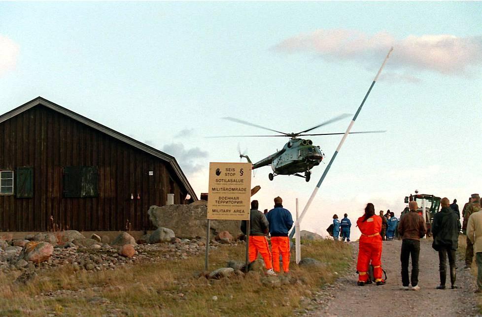 Kopteri laskeutumassa Utön saarelle.